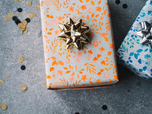 Deux coffrets cadeaux sur fond gris