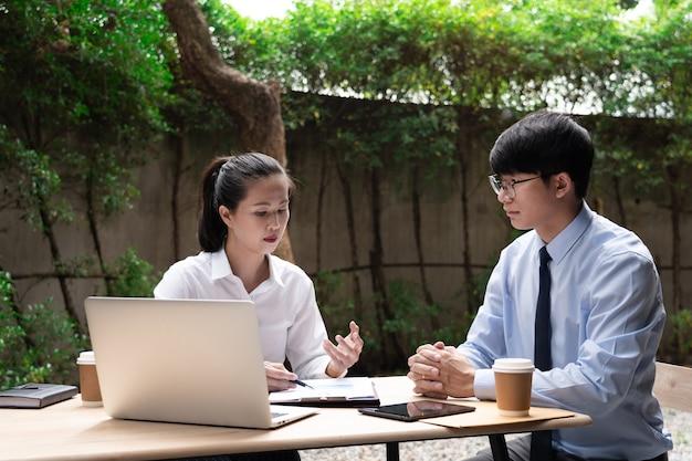 Deux collègues ayant une discussion sur un nouveau projet