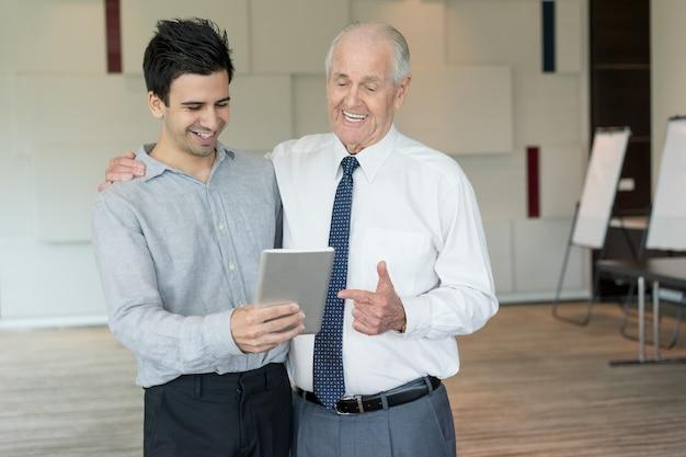Deux collègues de contenu utilisant une tablette