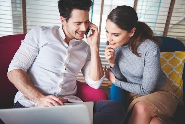 Deux collègues créatifs travaillant sur les médias sociaux