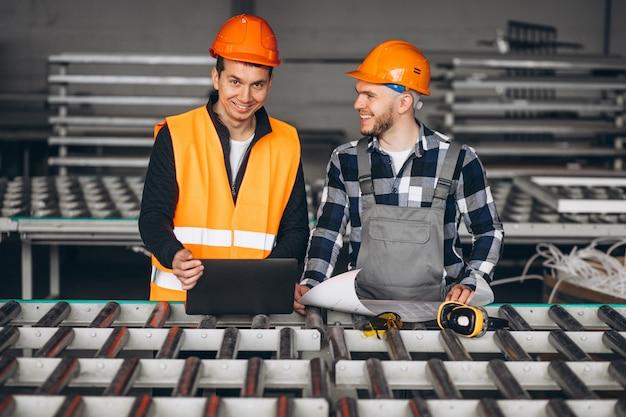 Deux collègues dans une usine