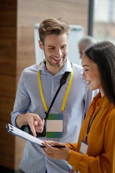 Deux collègues souriants et satisfaits des résultats de leur travail