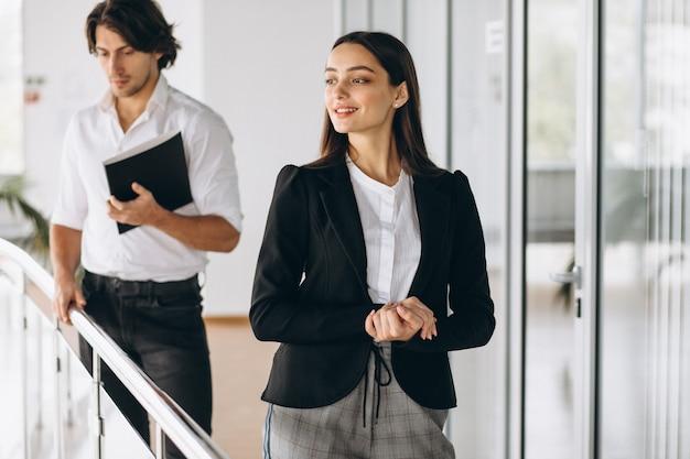 Deux collègues travaillant dans un centre d'affaires
