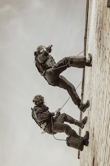 Deux commandos s'entraînent à la base. grimpeurs. swat, police, concept de contre-terrorisme.