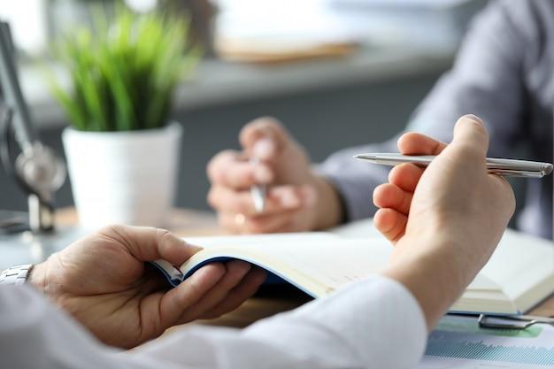 Deux, commis, discuter, affaires, utilisation, cahiers