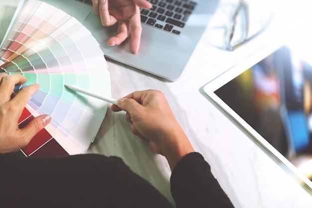 Deux, concepteur web, discuter, de, données, et, tablette numérique, et, ordinateur portable, à, téléphone intelligent
