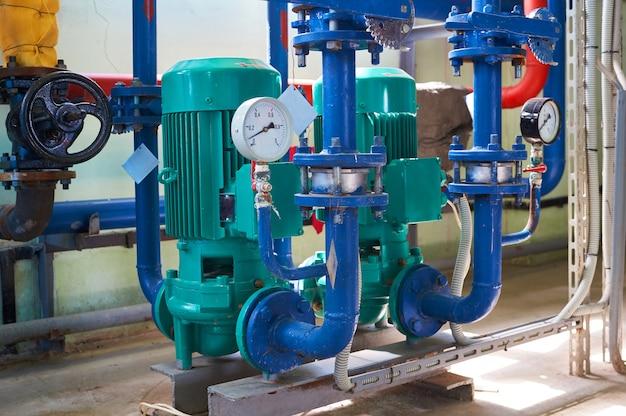 Deux conduits électriques verts de pompe à eau colorés en bleu.