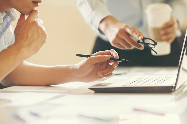 Deux consultant en investissement d'affaires analysant l'équilibre financier annuel de rapport d'entreprise.