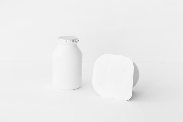Deux contenants de yaourt