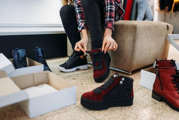 Deux copines achetant des vêtements et des chaussures