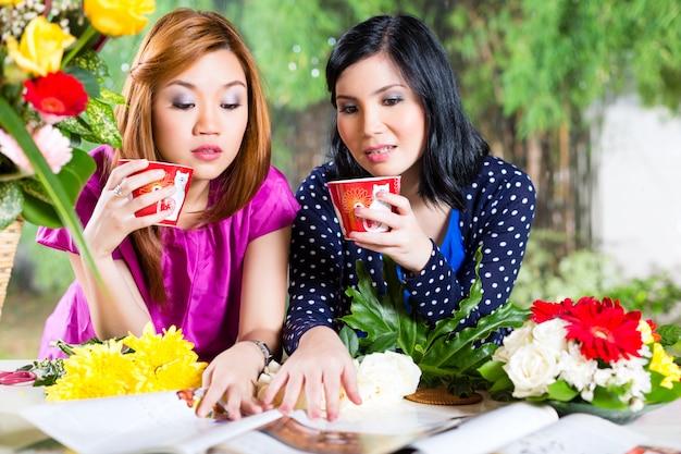 Deux copines asiatiques avec un magazine de mode