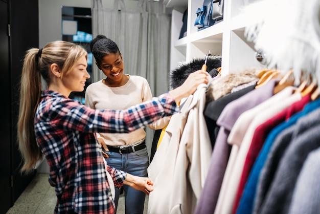 Deux copines choisissent des vêtements.