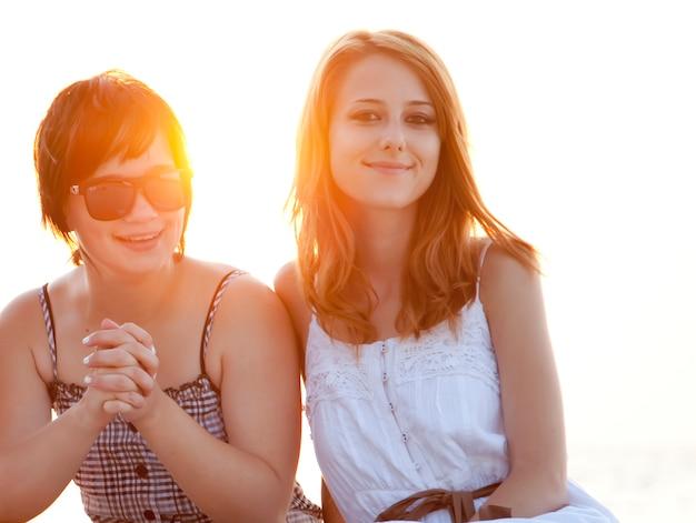 Deux copines à la plage.