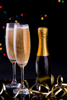 Deux coupes de champagne avec des lumières