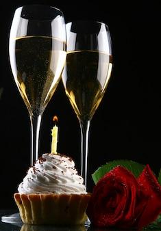 Deux coupes de champagne et rose