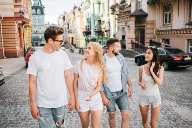 Deux couples marchent dans la rue
