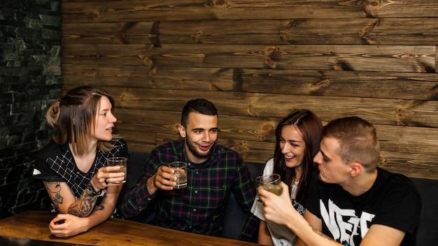 Deux couples profitant des boissons au restaurant