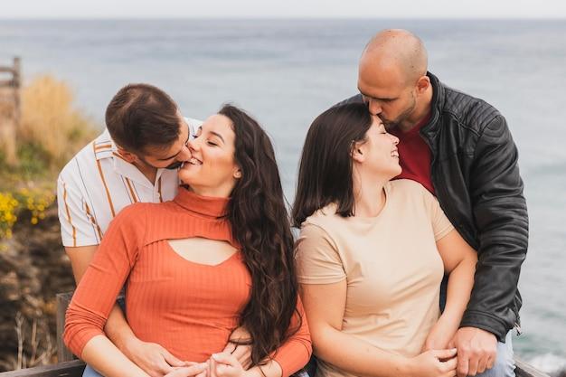 Deux couples s'embrassant