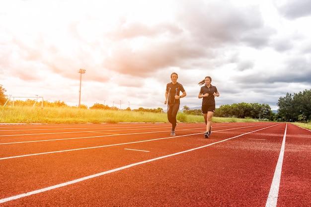 Deux coureurs jogging sur la piste de course, sport et social concept d'activité
