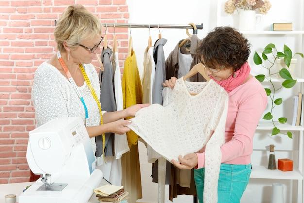 Deux couturière regarde un joli pull