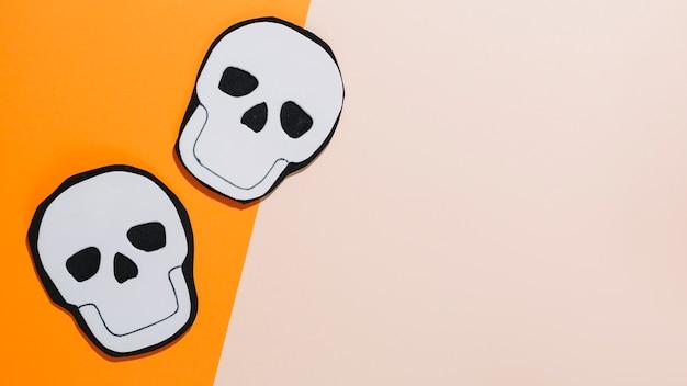 Deux crânes faits à la main en papier