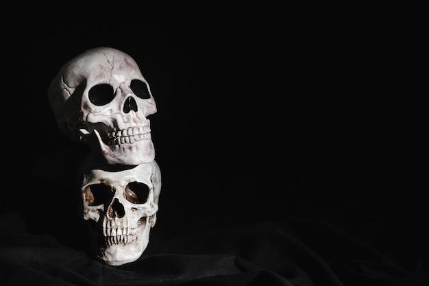 Deux crânes surlignés empilés