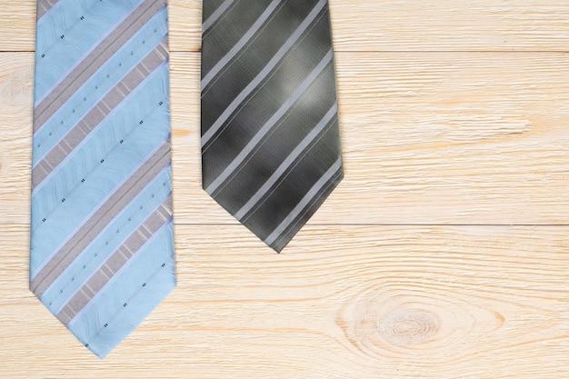 Deux cravates sur table en bois blanc