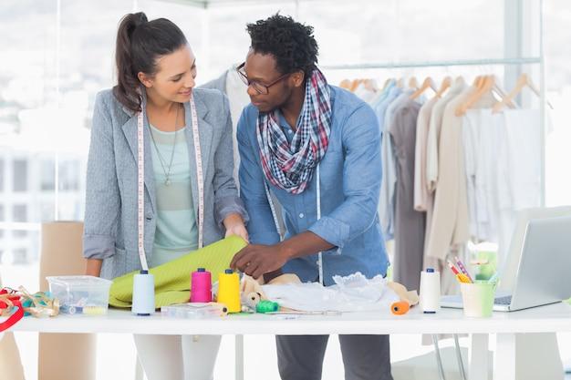 Deux créateurs de mode travaillant ensemble au bureau