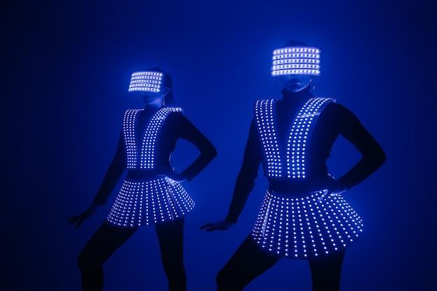 Deux danseuses disco sexy se déplacent en costumes uv