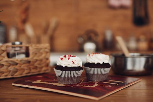 Deux délicieux cupcakes au chocolat avec une crème blanche