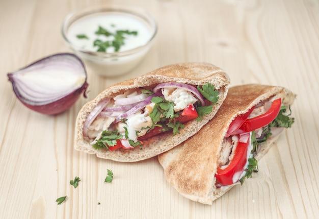Deux délicieux sandwichs croustillants avec du pain pita