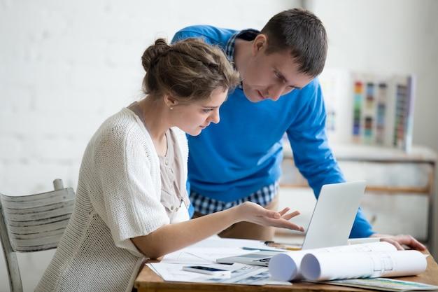 Deux designers travaillant ensemble