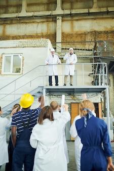 Deux directeurs d'usine sur balcon