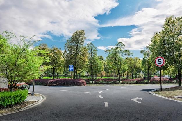 Deux directions avec des arbres
