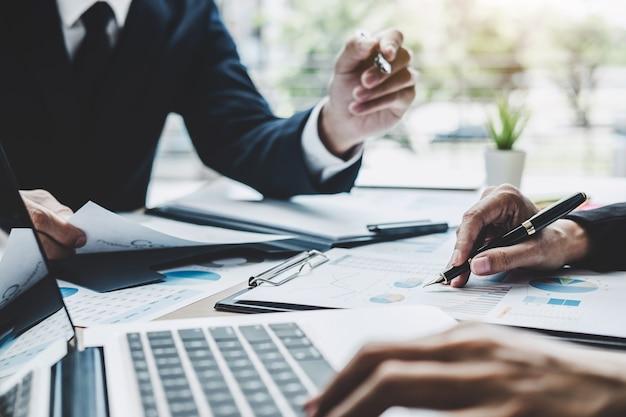 Deux dirigeants discutent des statistiques financières relatives au succès des projets de croissance de l'entreprise