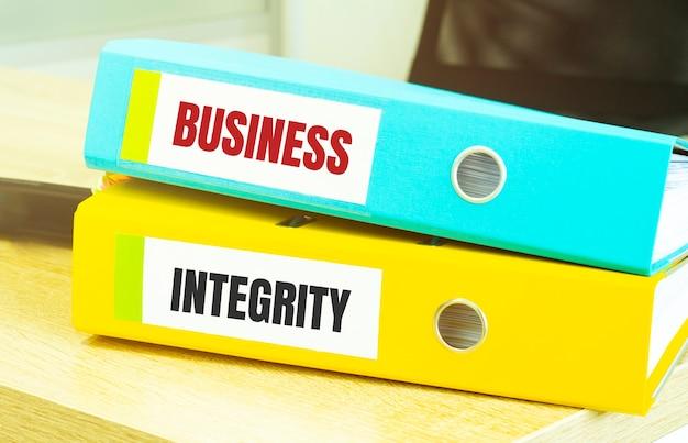 Deux dossiers de bureau avec texte intégrité des affaires