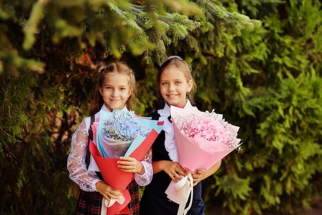 Deux écolières heureuses prêtes à aller à l'école