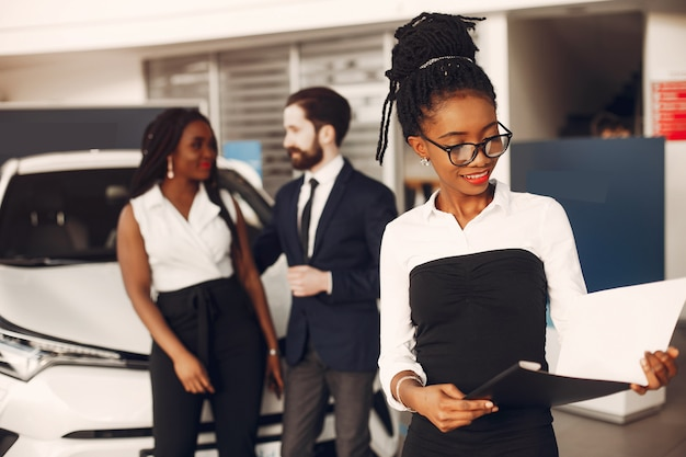 Deux élégantes femme noire dans un salon de l'automobile