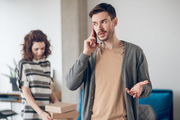 Deux employés de boutique internet impliqués dans le travail