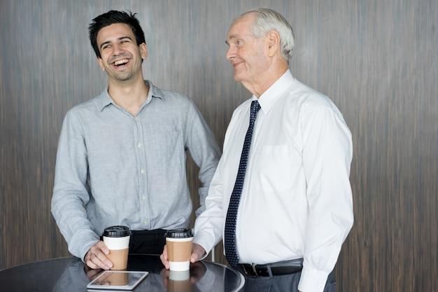 Deux employés de bureau de contenu buvant du café