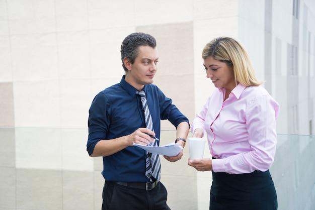 Deux employés de bureau de contenu examinant le document.