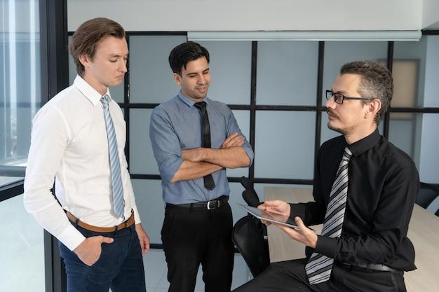 Deux employés de bureau incertains se rapportant au patron.