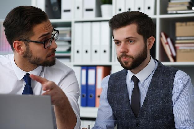 Deux employés discutent d'un nouveau projet au bureau