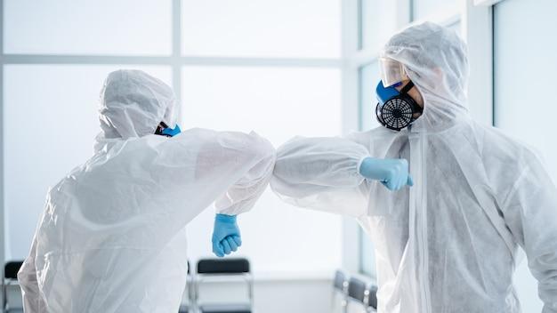 Deux employés d'un laboratoire médical se saluant