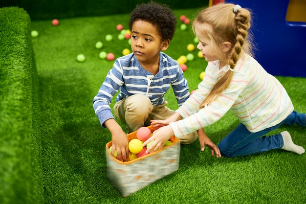 Deux enfants sur l'aire de jeux