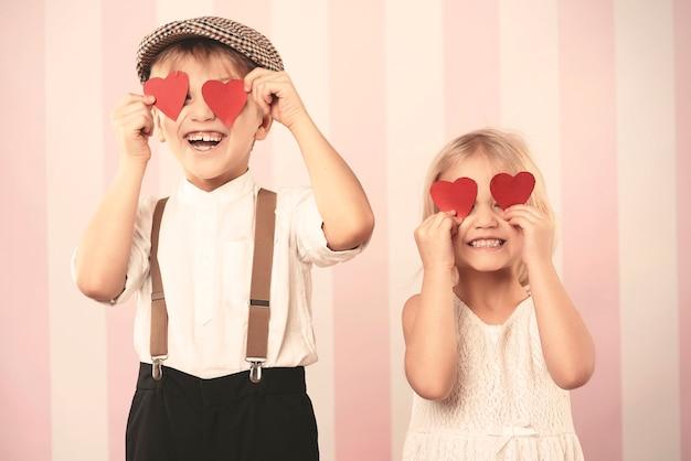 Deux enfants avec des cœurs sur les yeux