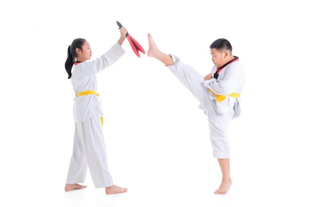 Deux enfants en formation de taekwondo