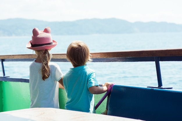 Deux enfants garçon et fille dans un bateau et voile sur une journée ensoleillée de l'été