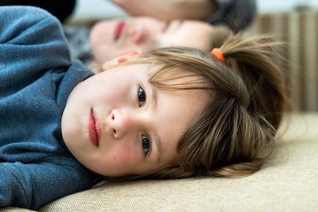 Deux enfants garçon et fille s'amuser ensemble. concept d'enfance heureuse.