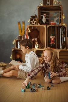 Deux enfants jouant à la maison pendant les vacances d'hiver
